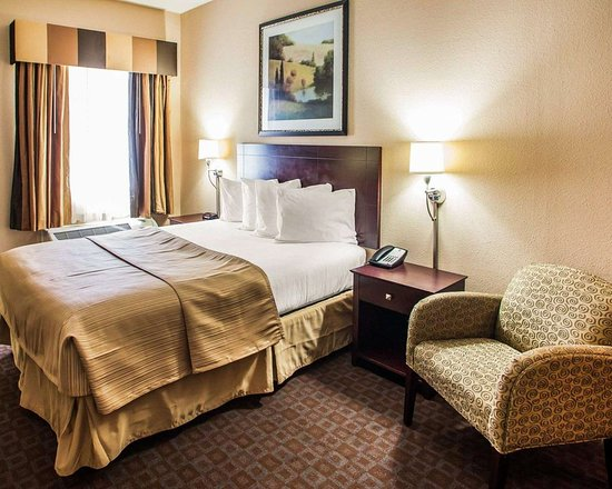 Quality Inn & Suites Peoria: Guest room with queen bed
