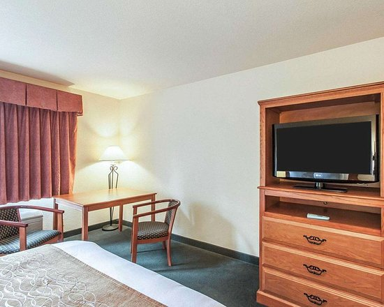 Tualatin, OR: Guest room with flat-screen television