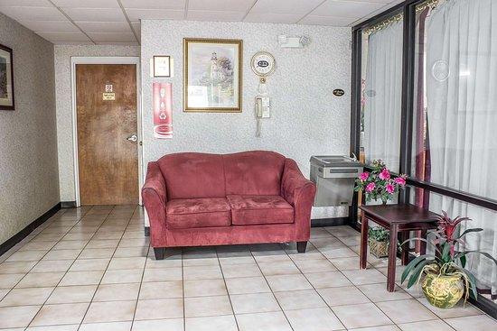 إيكونو لودج هندرسون: Lobby with sitting area