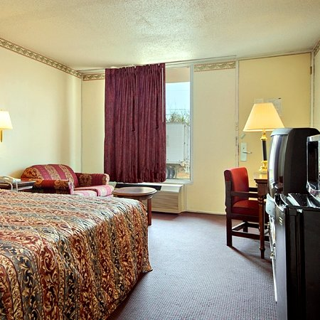 Alcoa, TN: Standard Room with One King Bed