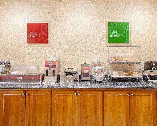 Comfort Suites Eugene: Breakfast counter