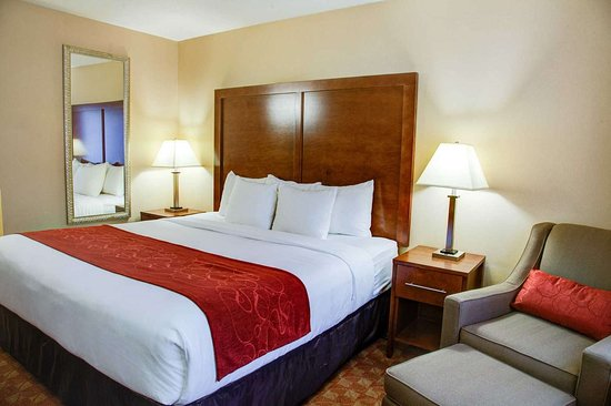 Comfort Inn Newport: Guest room with sitting area