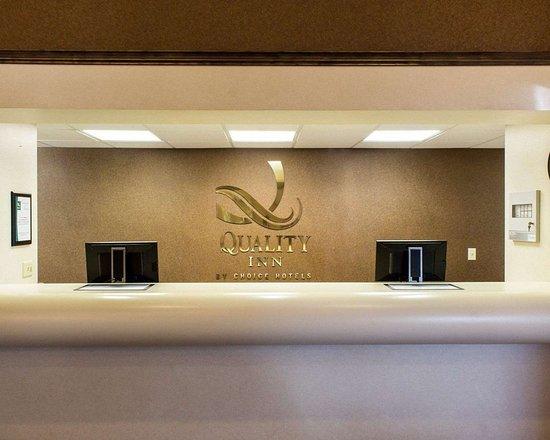 Brandon, Dakota del Sur: Front desk with friendly staff