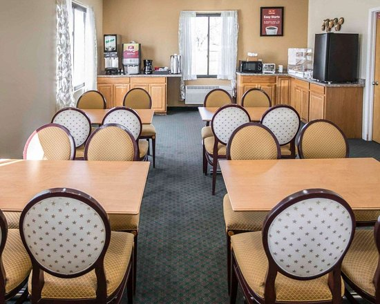 Shorewood, IL : Enjoy breakfast in this seating area