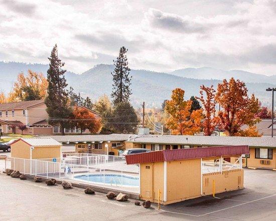 Rodeway Inn Ashland: Outdoor pool