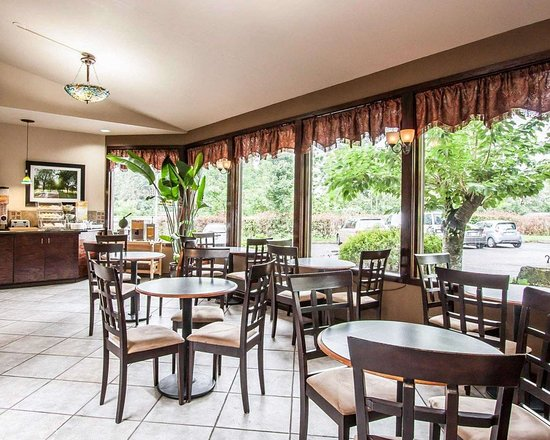 Quality Inn Wilsonville: Enjoy breakfast in this seating area