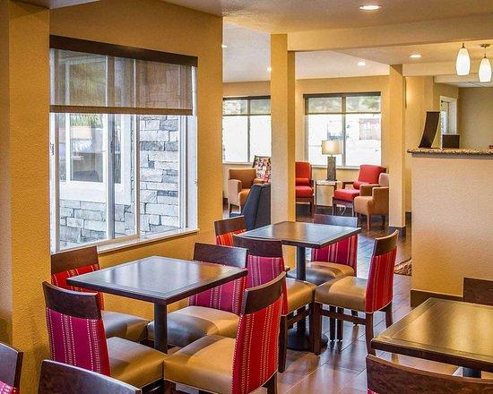 Roseburg, OR: Enjoy breakfast in this seating area