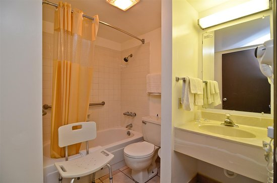 Americas Best Value Inn / Warrenton: Accessible Bathroom