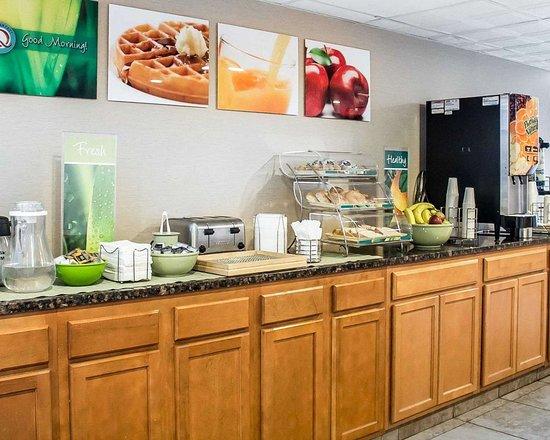 Quality Inn: Breakfast counter