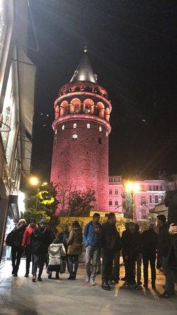 برج غلطة في الليل