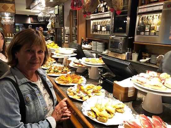Gandarias Jatetxea: Sue at the bar
