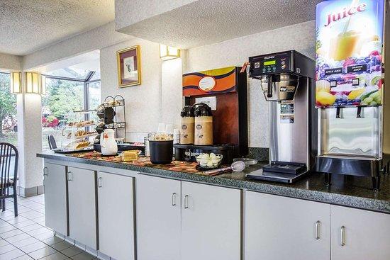 Econo Lodge South Garner: Breakfast counter