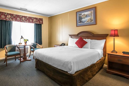 Econolodge Inn & Suites: Guest room with one bed