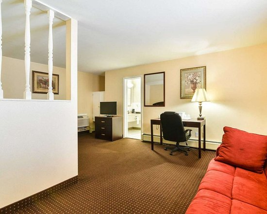 Rodeway Inn: Well-equipped suite