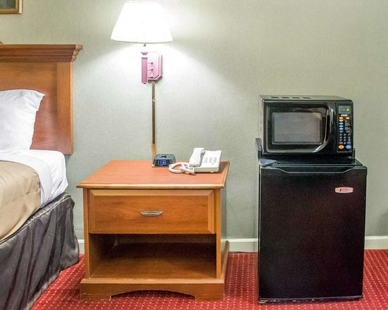 Newton Falls, OH: Guest room with microwave and refrigerator