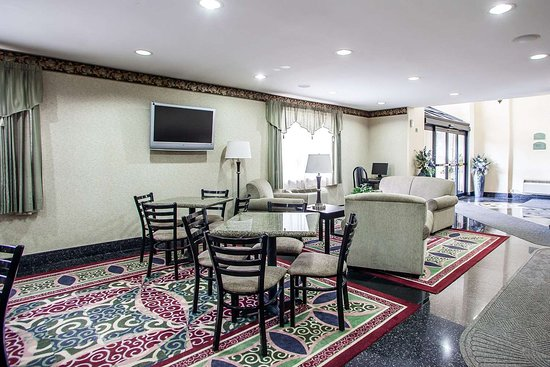Quality Inn East Windsor: Enjoy breakfast in this seating area