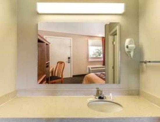 Knights Inn Crawfordsville: Bathroom