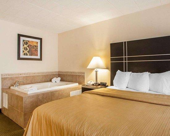 Ledgewood, NJ: Guest room with whirlpool bathtub