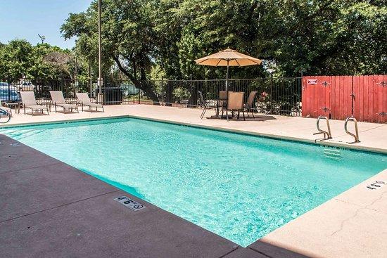 Comfort Suites I-35 North: Outdoor pool