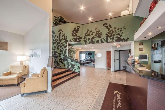 Cinnaminson, NJ: Spacious lobby with sitting area