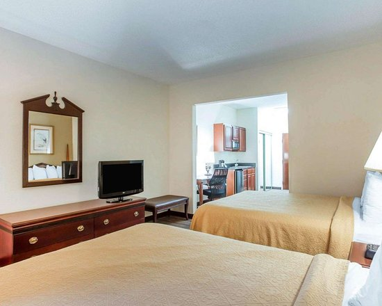 Quality Inn & Suites Patriots Pt.: Guest room with flat-screen television