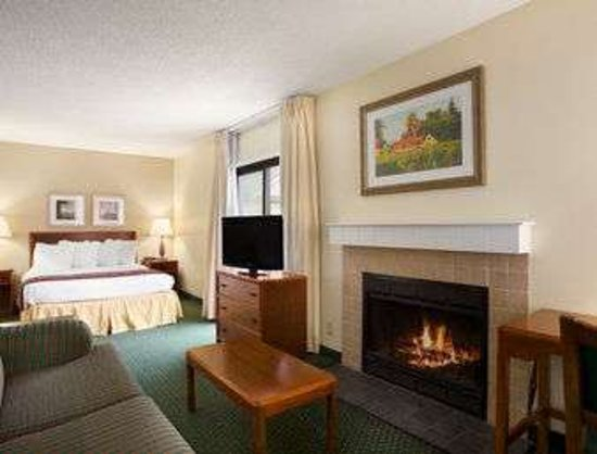 Copley, OH: One Queen Bed Guest Room