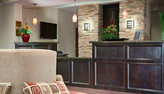 Best Western Plus Cushing Inn & Suites: Lobby and Front Desk