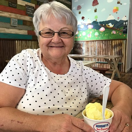 The Scoop Ice Cream Shop: Fun with the grands on a hot afternoon!