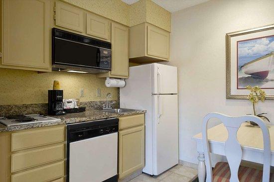 Hawthorn Suites by Wyndham Jacksonville: Kitchen