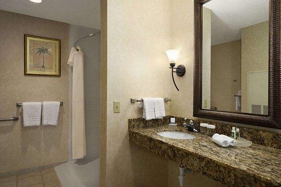 Hawthorn Suites by Wyndham Jacksonville: ADA Bathroom