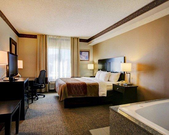 Comfort Inn & Suites: King suite with whirlpool bathtub