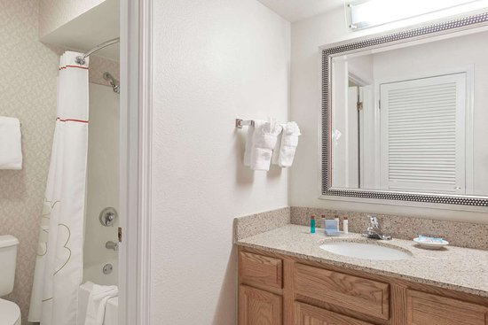 Hawthorn Suites by Wyndham St. Louis Westport Plaza: Guest room bath