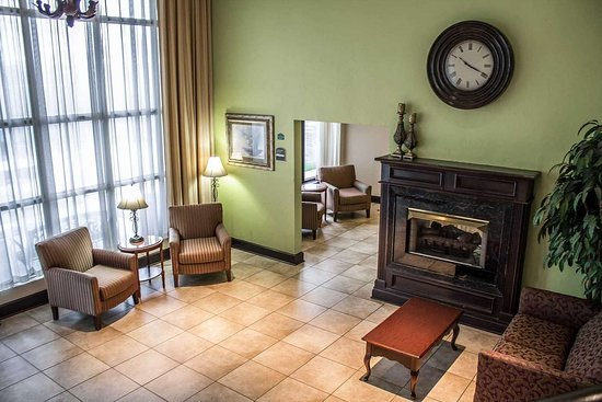 Quality Inn & Conference Center: Spacious lobby with sitting area
