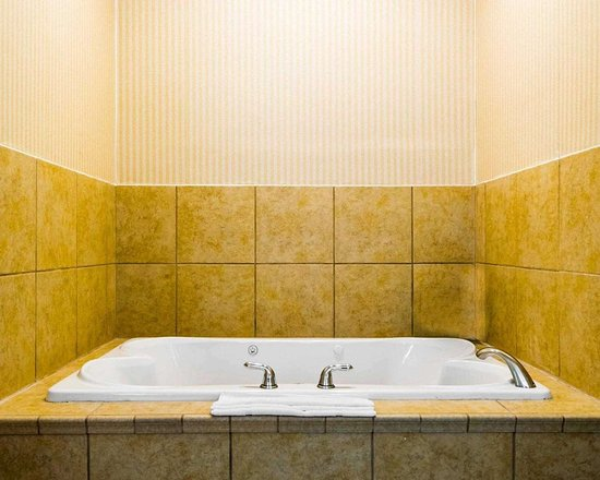 South Point, OH: Spacious suite with whirlpool bathtub