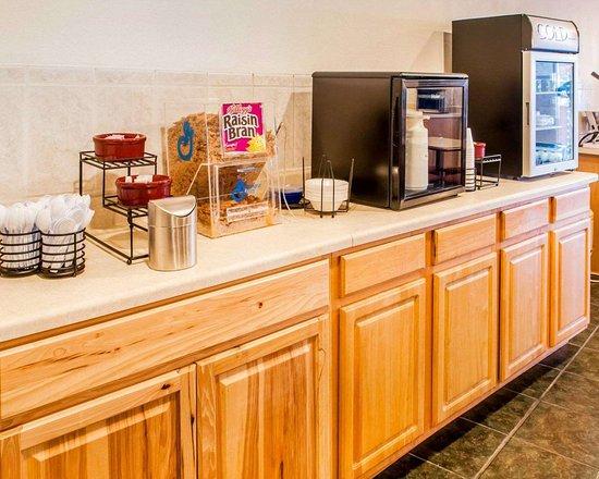Econo Lodge Inn & Suites: Free breakfast
