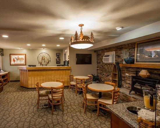 Econo Lodge Cherokee: Breakfast area in the lobby