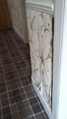 Armadale Guest House: Peeling wall paper in the hall