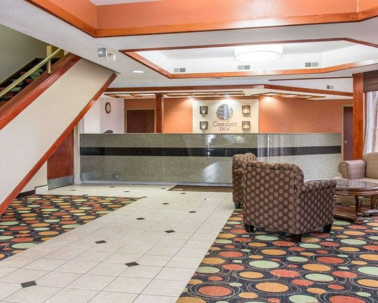 Comfort Inn West : Spacious lobby with sitting area