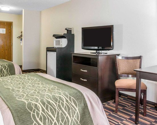Comfort Inn West: Guest room with microwave and refrigerator