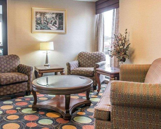 Comfort Inn West: Sitting area
