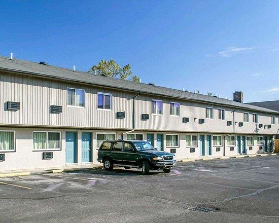 Econo Lodge: Hotel exterior
