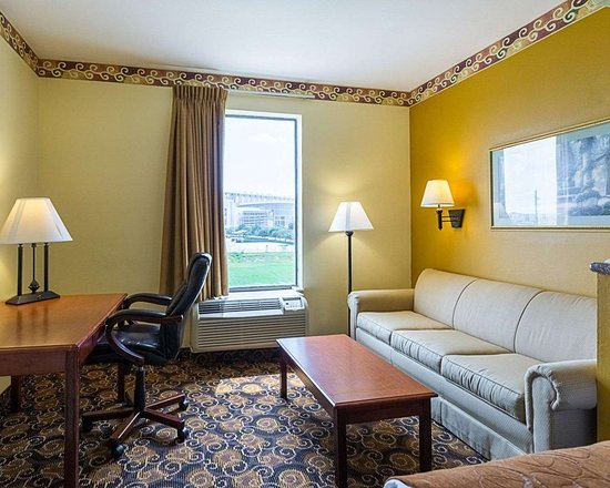 Comfort Suites: Spacious suite with living room