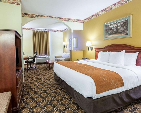Comfort Suites: Spacious room with flat-screen television