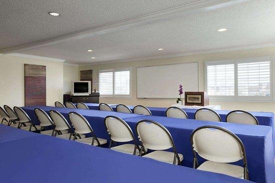 Howard Johnson by Wyndham San Mateo: Meeting Room