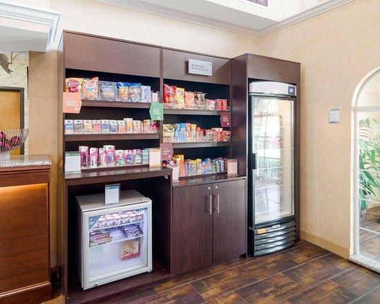 Comfort Suites Las Colinas Center: Hotel marketplace