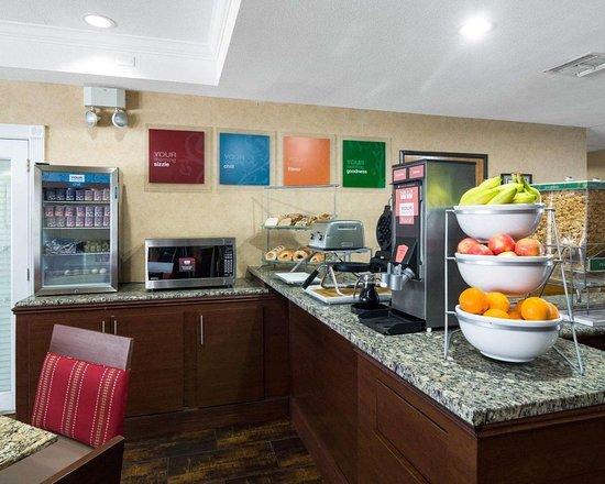 Comfort Suites Las Colinas Center: Assorted breakfast items