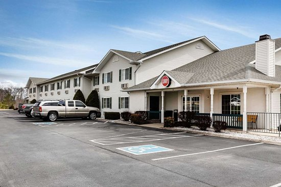 Econo Lodge Inn and Suites : Hotel exterior