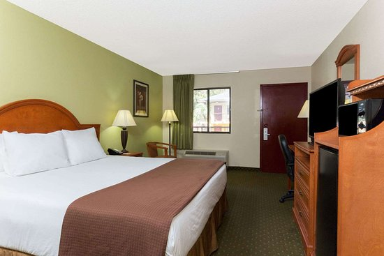 Howard Johnson by Wyndham Tallahassee: 1 King Bed Room