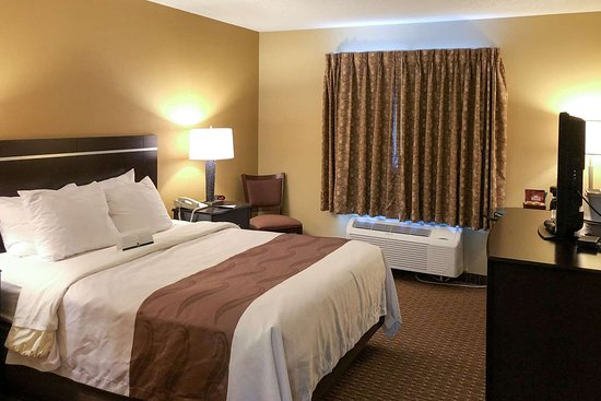 Quality Inn & Suites Sun Prairie: Guest room with queen bed(s)
