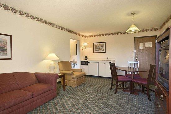 Travelodge by Wyndham Hudsonville: Suite